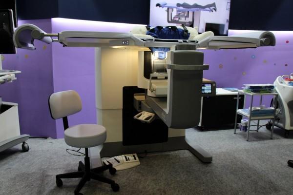 """ホロジックAffirm<sup>TM</sup> Prone Biopsy System本体"""" width=""""600″ height=""""400″ class=""""alignnone size-large wp-image-58338″ /></a><br /> 製品本体<br /> <BR><br /> <a href="""